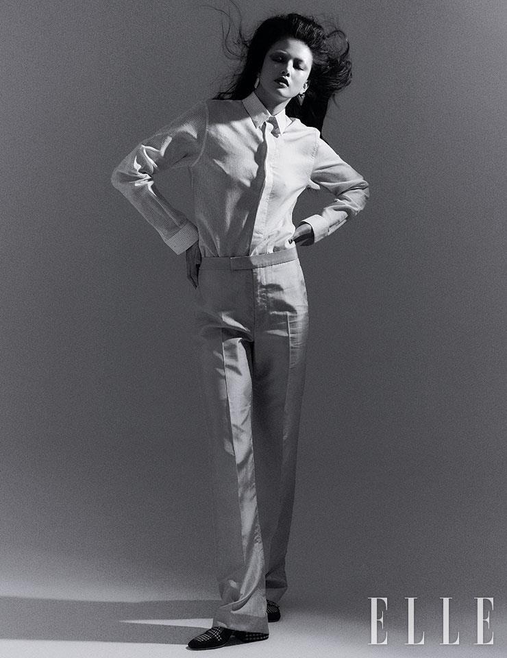 셔츠는 가격 미정, Dior Men. 실키한 테일러드 팬츠는 79만8천원, Kimseoryong. 체크 패턴의 슬링백은 1백29만원, Fendi. 트라이앵글 이어링은 가격 미정, Louis Vuitton.