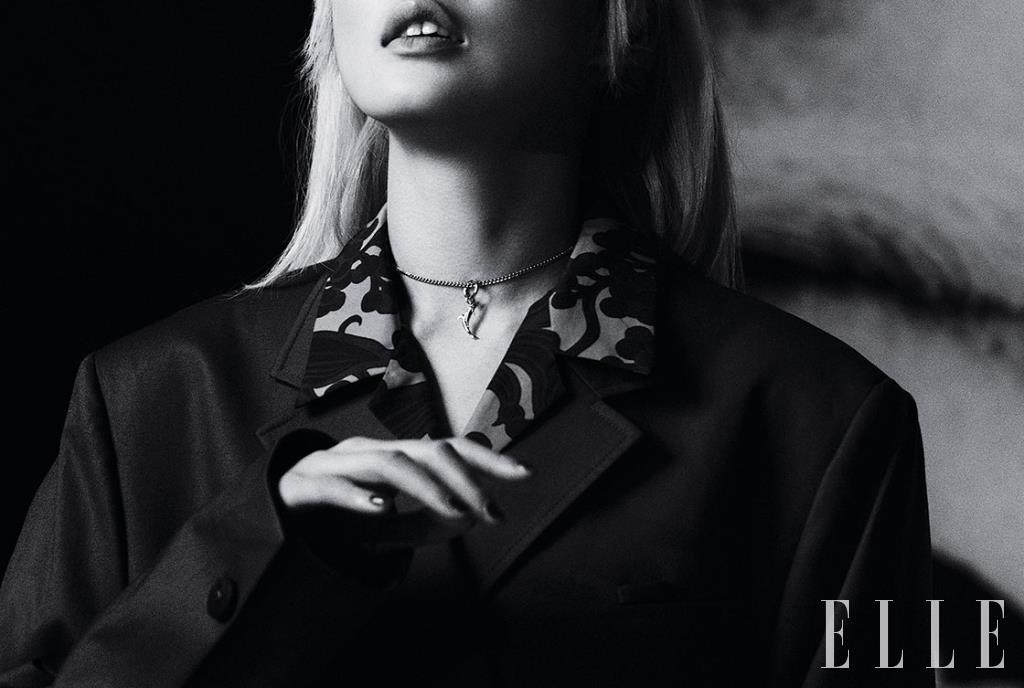 오버사이즈 재킷과 프린트 셔츠, 돌고래 네크리스는 가격 미정, 모두 Wooyoungmi.