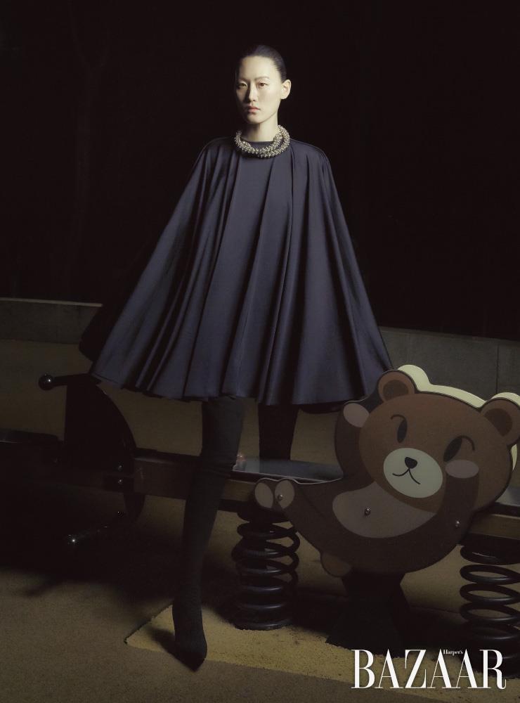 케이프 드레스, 목걸이, 팬타 슈즈는 모두 Balenciaga.