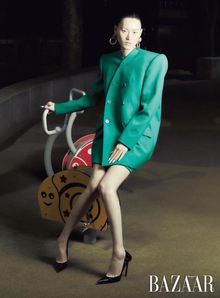 재킷, 미니스커트, 귀고리, 반지, 나이프 펌프스는 모두 Balenciaga.