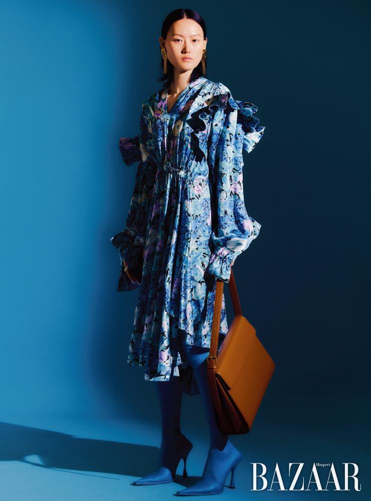 드레스, 귀고리, 사이하이 부츠, 고스트 백은 모두 Balenciaga.