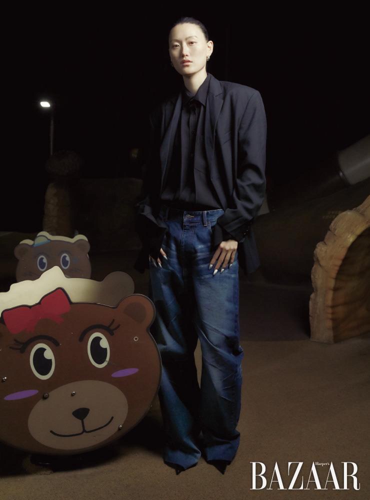 재킷, 셔츠, 데님 팬츠, 귀고리, 포인티드 토 힐은 모두 Balenciaga.