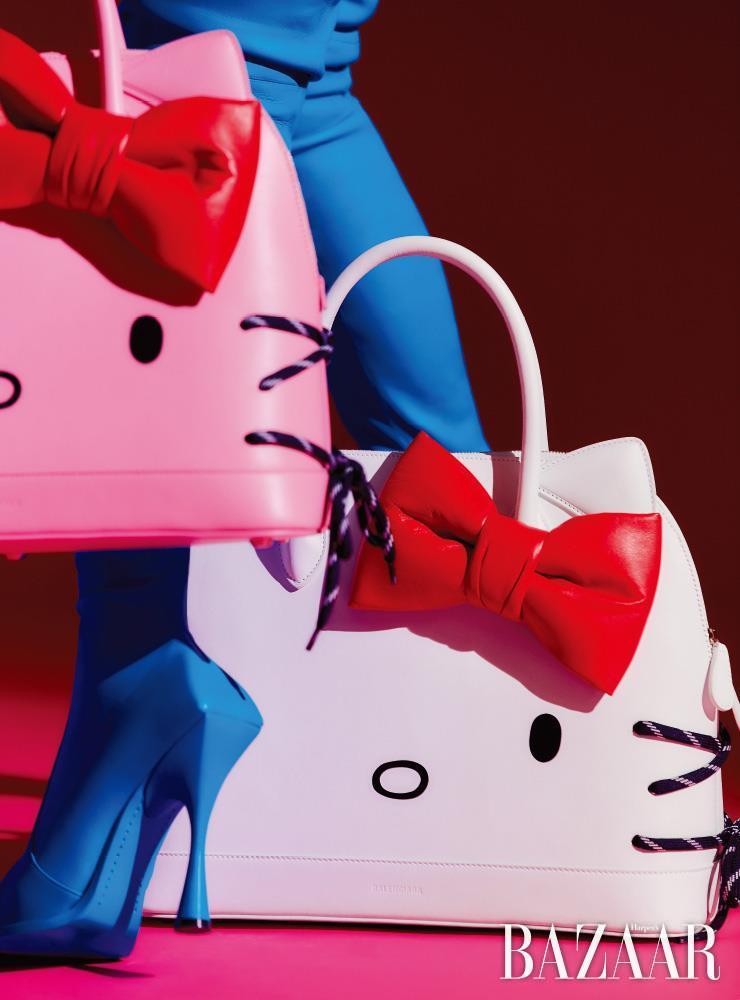 핑크와 화이트 컬러의 헬로키티 빌 톱 핸들 백, 사이하이 부츠는 모두 Balenciaga.