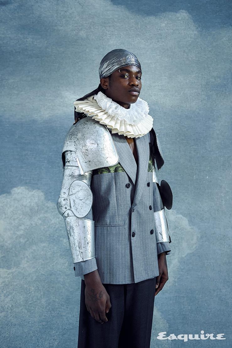 재킷 존 리치몬드. 팬츠 발렌시아가. 갑옷, 칼라 장식 모두 휘스 배옌스. 반다나 스타일리스트 소장품.