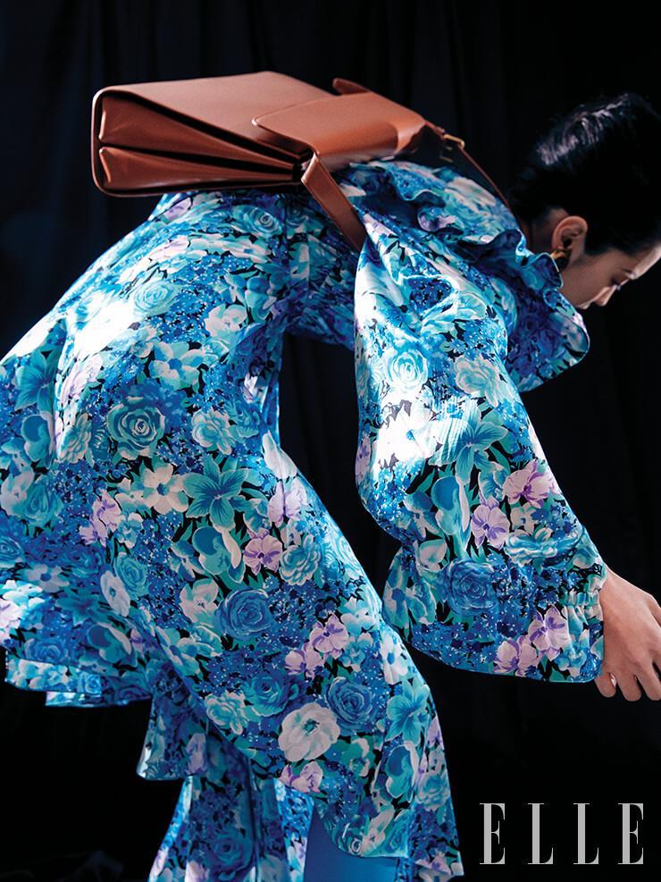 플로럴 프린트 드레스, 미니멀한 '고스트 백', 골드 타임 이어링, 나이프 사이하이 부츠는 모두 Balenciaga.