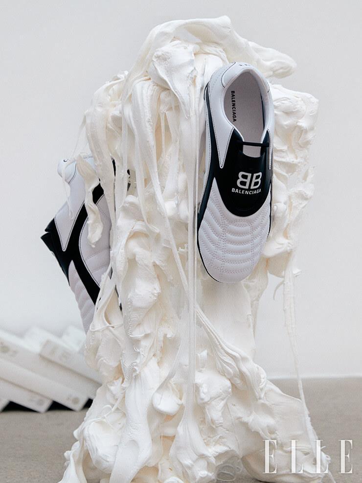 BB 로고 포인트가 돋보이는 가벼운 착화감의 '젠 스니커즈'는 Balenciaga.