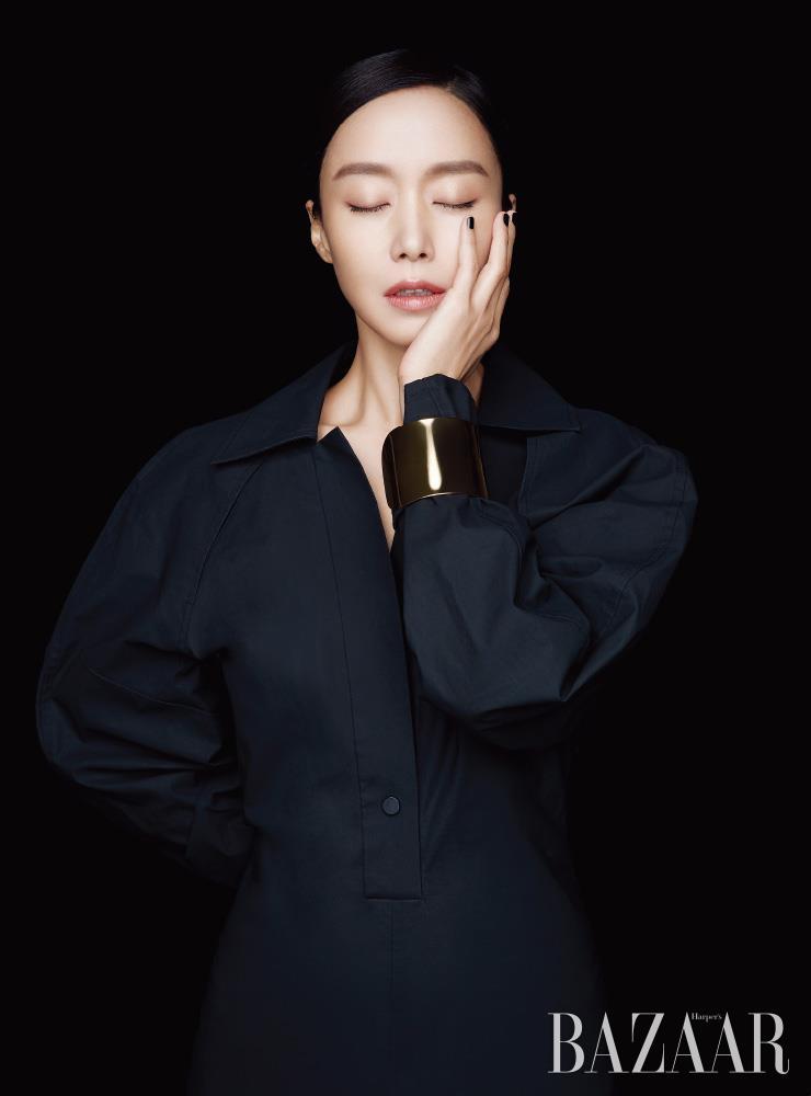 셔츠 원피스는 Bottega Veneta. 골드 뱅글은 스타일리스트 소장품.