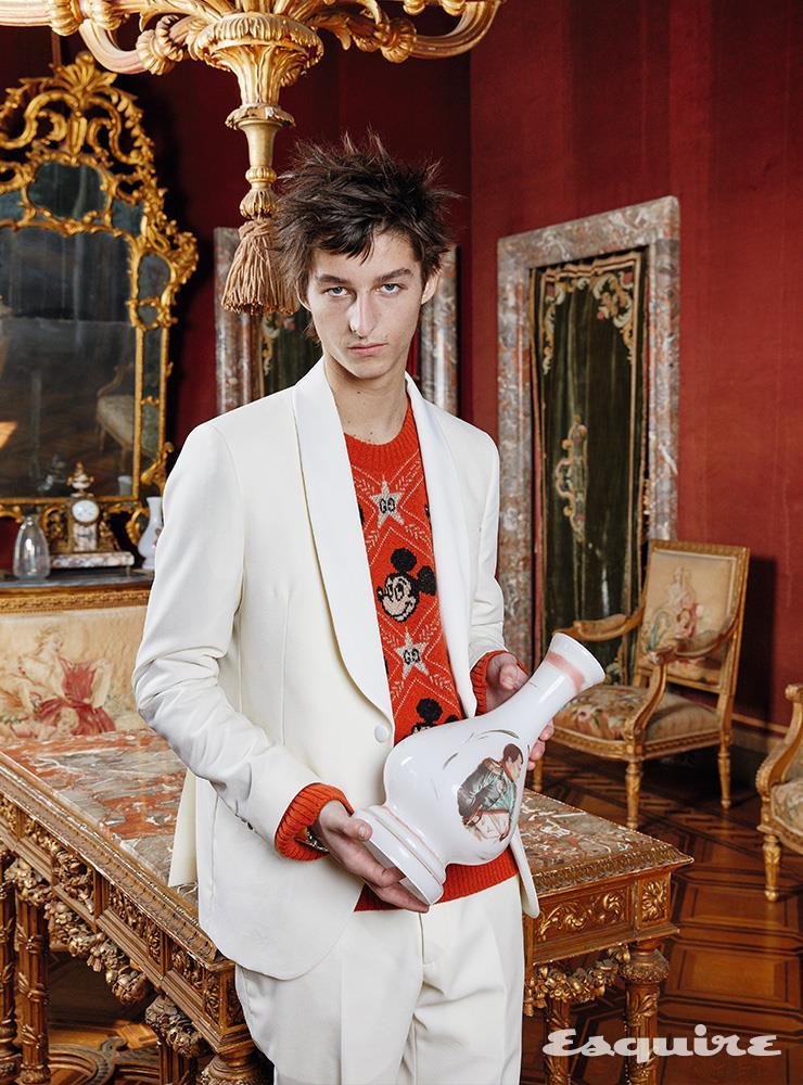 턱시도 슈트 마누엘 리츠. 스웨터 구찌. 시계 까르띠에.