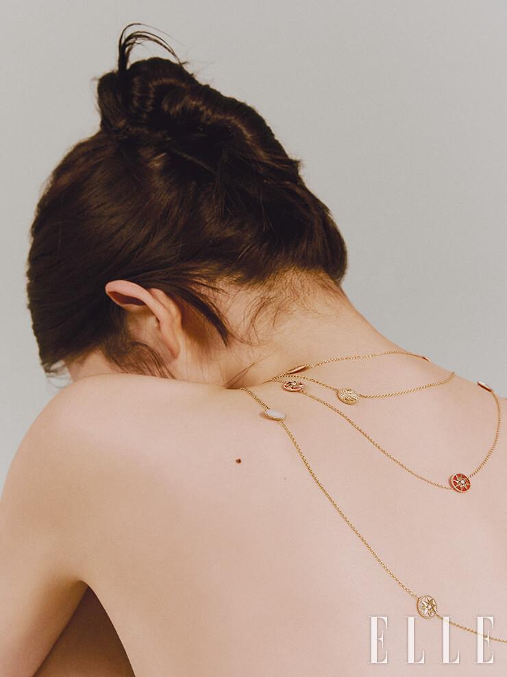 레드 세라믹과 18K 옐로골드가 조화를 이룬 로즈 드 방 사투아 네크리스, 레이어드한 옐로골드와 다이아몬드 장식의 로즈 드 방 사투아 네크리스는 모두 Dior Fine Jewelry.