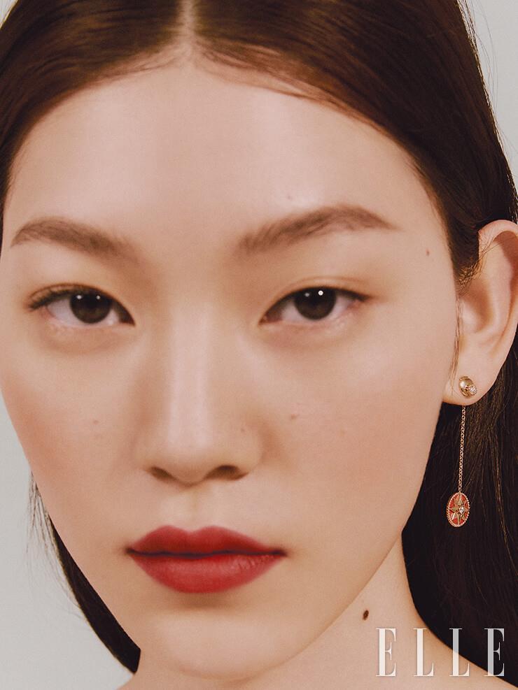 별 모티프의 로즈 드 방 드롭 이어링은 Dior Fine Jewelry.