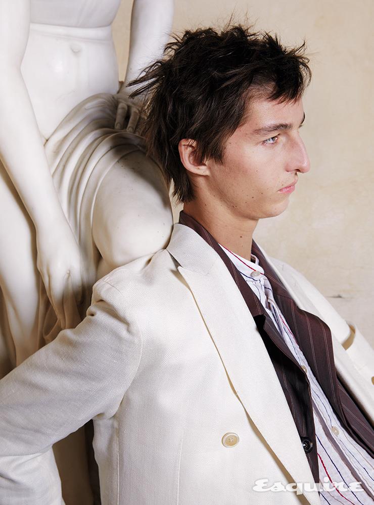 재킷, 셔츠, 팬츠 모두 드 페트릴로. 슬리퍼 보테가 베네타.