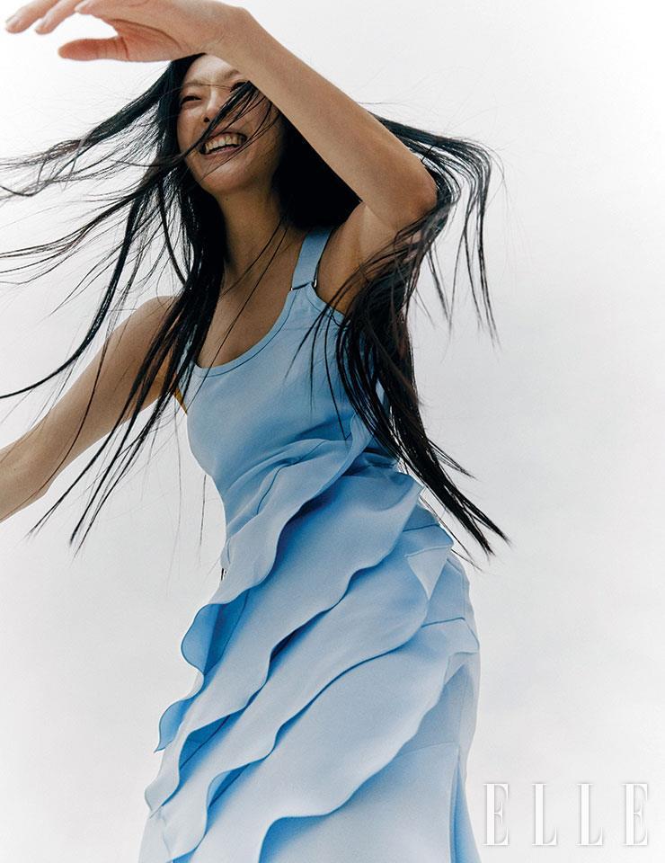 러플이 장식된 페일 블루 컬러의 맥시 드레스는 가격 미정, Max Mara.