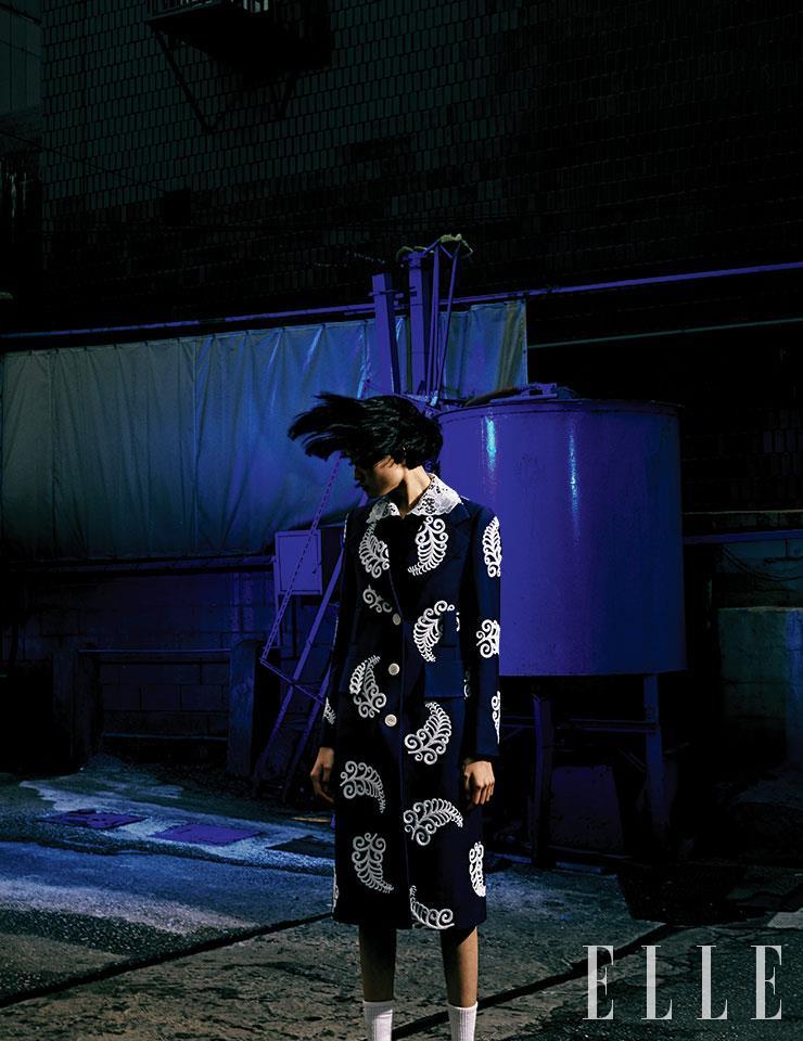 페이즐리 패턴의 스프링 코트와 블랙 실크 블라우스는 가격 미정, 모두 Prada.