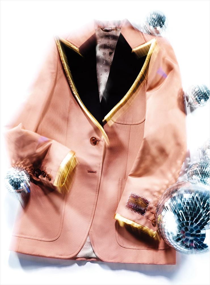 피크트 라펠의 빈티지 핑크 컬러 재킷은 5백30만원, Gucci.