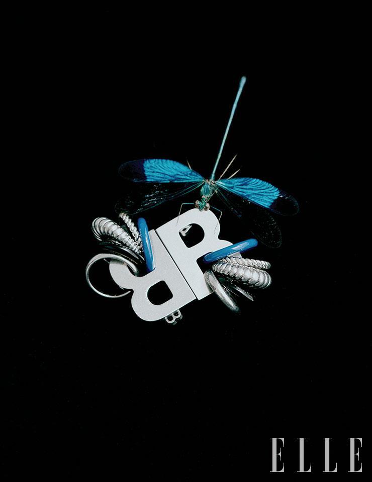 볼드한 로고에 리드미컬한 링이 더해진 스테이트먼트 이어링은 가격 미정, Balenciaga.