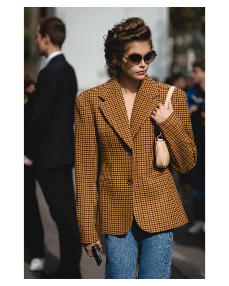 오버 핏의 재킷 한 장으로 완성한 패션위크 스트리트 스타일! 미우미우 쇼가 끝난 후 카이아 거버! @samp__pat