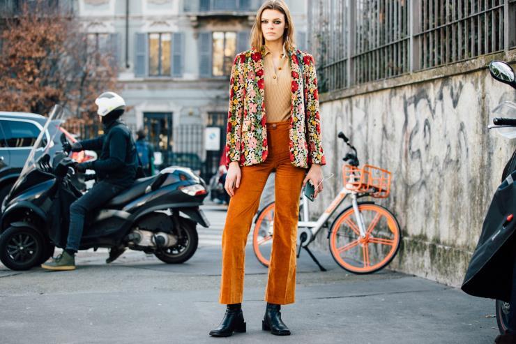 화려한 패턴 재킷과 오렌지 컬러의 팬츠로 레트로 무드를 완성한 모델 카라 테일러.