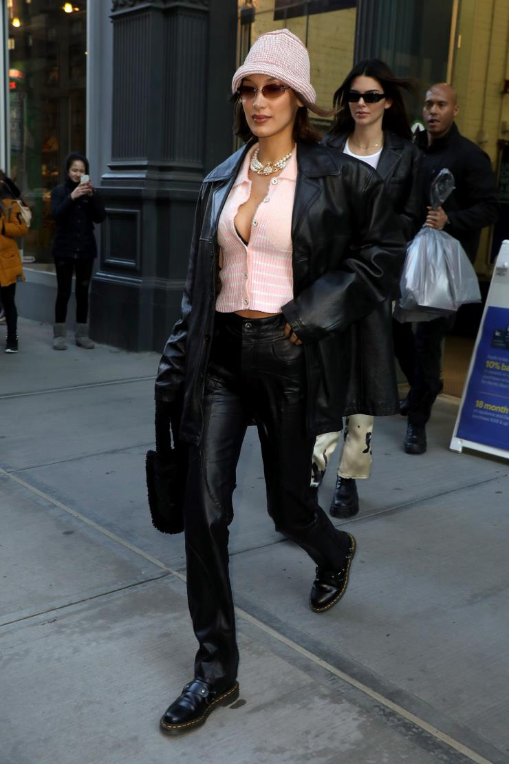 여성스러운 핑크 블라우스와 강렬한 레더 재킷의 믹스매치! 데일리 룩의 고수 벨라 하디드.