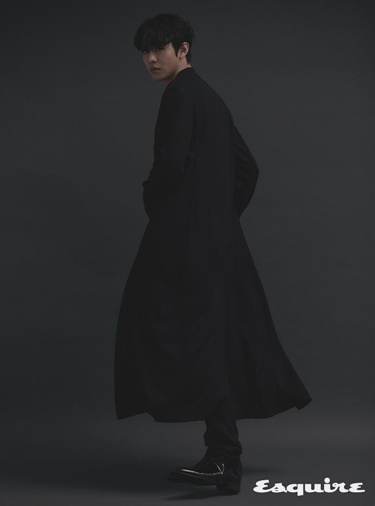 코트, 팬츠 모두 하이더 아커만 by 10 꼬르소 꼬모. 부츠 스타일리스트 소장품.