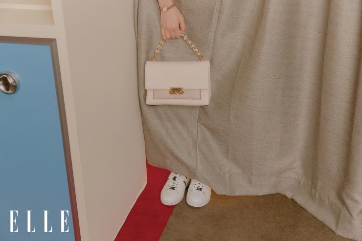 밀플레흐 드레스는 49만원, 크림 컬러의 리본 체인 씨씨백은 61만원, 여빙 스트라이프 스니커즈는 27만원 모두 Michael Kors.