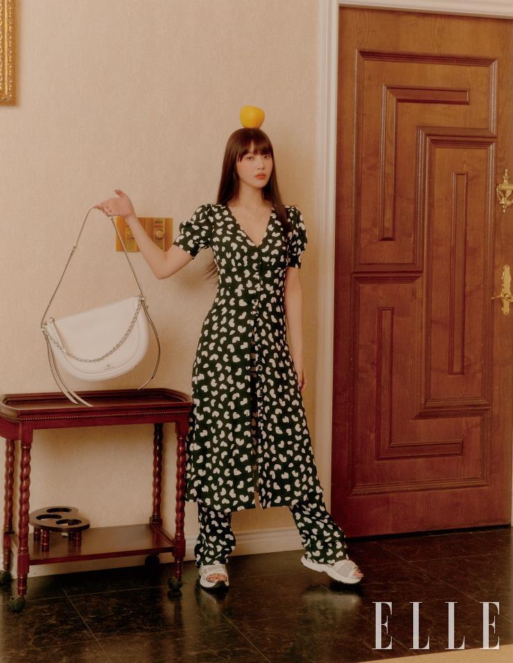 셔츠처럼 활용할 수 있는 페탈 미디 드레스는 45만원, 팬츠는 31만원, 재거백은 55만원, 페이브 할로 목걸이는 19만원, 하트 듀오 팬던트 목걸이는 19만원, 슈즈는 27만원 모두 Michael Kors.