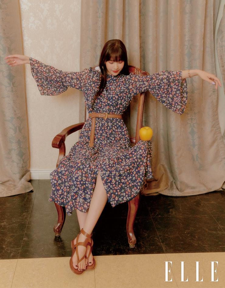 플라운스 슬리브 드레스는 35만원, 링크 스태킹 반지는 14만원, 머써 링크 반지는 14만원, 슈즈는 27만원 모두 Michael Kors.