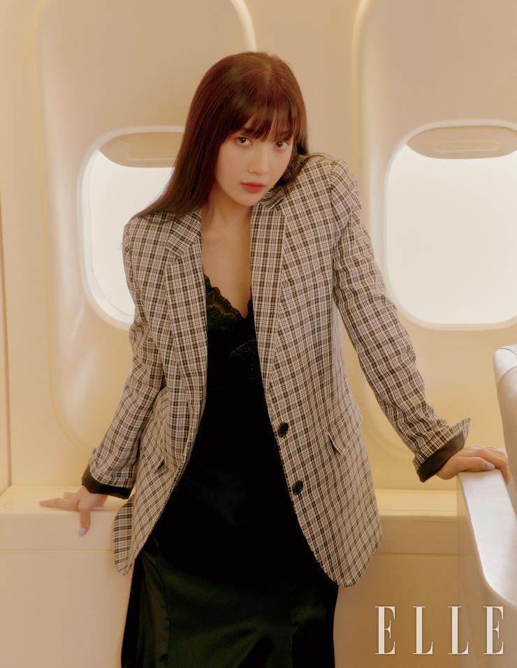 보우 새틴 드레스는 49만원, 치키 체크 블레이저는 59만원 모두 Michael Kors.