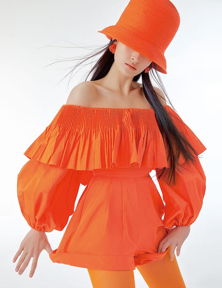 러플 디테일의 오프숄더 점프수트는 3백49만원, Valentino. 클로슈 햇은 1백30만원, Nina Ricci by Hanstyle.com. 불꽃 모양의 이어링은 4만5천원, Fruta by Paris Shop. 스타킹은 에디터 소장품.