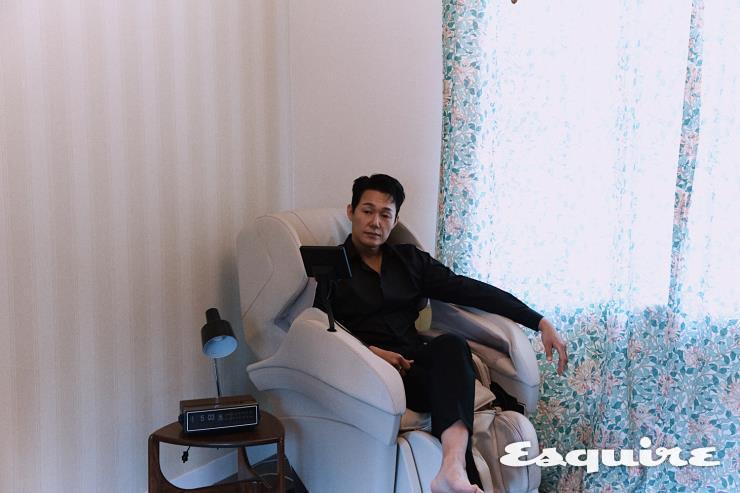 베이지 컬러의 파나소닉 안마 의자 리얼 프로 EP-MAK1-E. 회전 지압 마사지는 파나소닉 안마 의자에서만 누릴 수 있는 전문 마사지 기법. 6개의 스트레칭 동작이 몸의 근육을 이완시킨다.