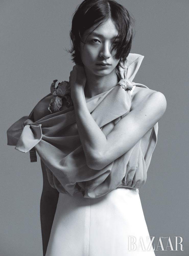 드레스는 Louis Vuitton.