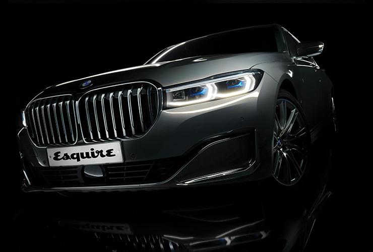 전동화 시대가 도래하면 키드니 그릴은 생명력을 잃을 것이라 생각했다. 하지만 BMW는 3D 패턴의 패널로 생명력을 불어넣었다. BMW 7시리즈.