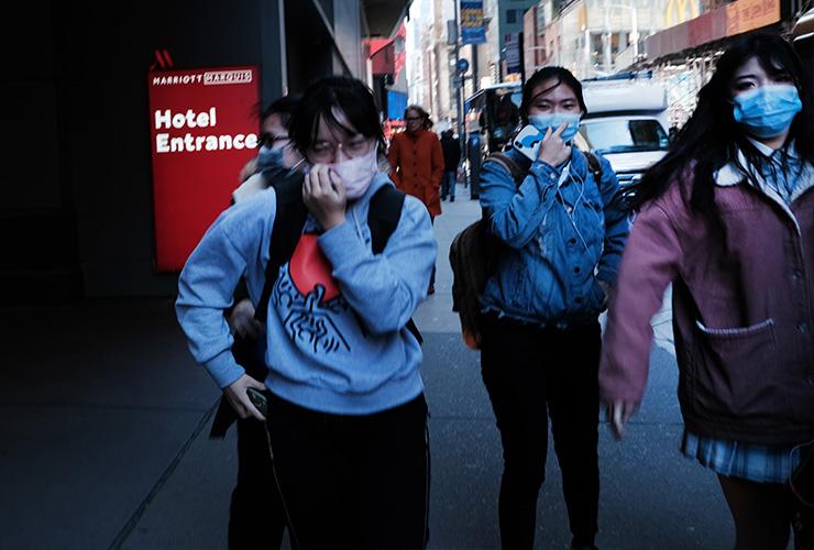 의료용 마스크를 쓰고 맨해튼 도보를 걷는 사람들. 사진이 찍힌 3월 4일만 해도 뉴욕에서 마스크를 쓰는 사람이 다수는 아니었다. 그러나 뉴욕에 있는 아시아인들은 마스크를 썼다.