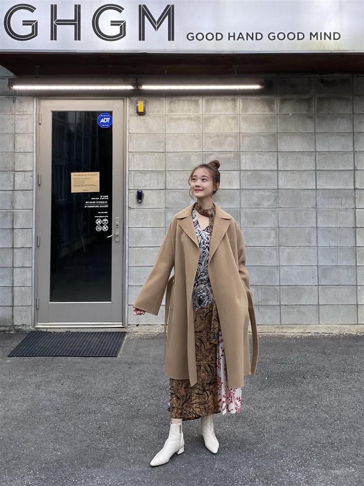 가을의 변주, 카멜 코트와 패치워크 드레스