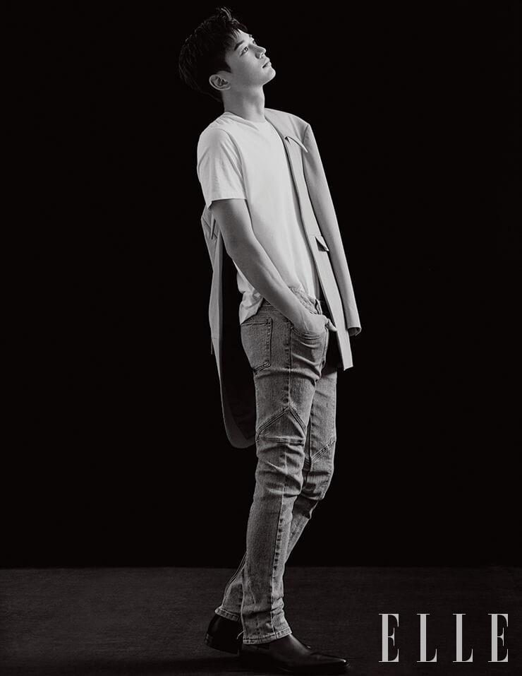 오버사이즈 재킷과 절개 디테일의 데님 팬츠는 모두 Wooyoungmi. 화이트 셔츠는 스타일리스트 소장품. 블랙 첼시 부츠는 Givenchy.