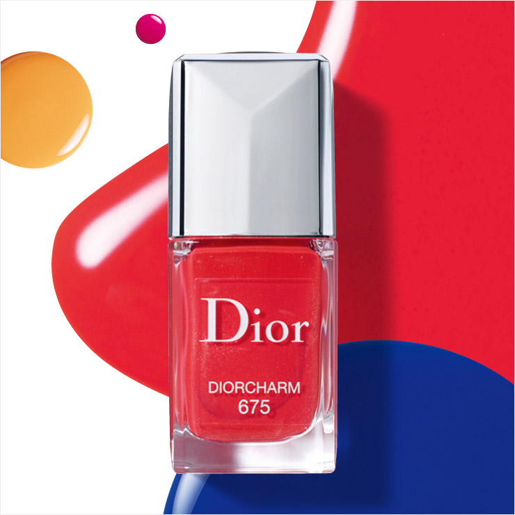 디올 베르니, 675 디올참, 3만5천원, Dior. 디올 어딕트 스텔라 샤인 립스틱 출시를 기념한 한정판. 젤 네일을 바른 듯 매끈하게 지속되며 보일 듯 말 듯 미세한 펄이 은은하게 반짝인다. 립스틱과 '깔맞춤'해 포인트를 주는 것도 좋은 방법.