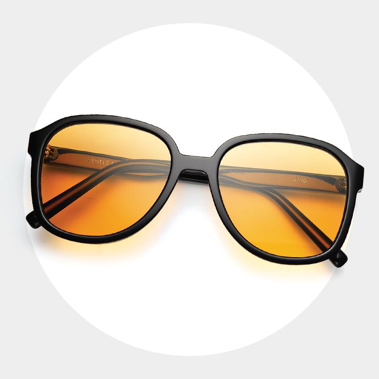 오버사이즈 프레임과 오렌지 틴티드 렌즈를 더한 애비에이터 스타일의 선글라스는 28만원, Gentle Monster.