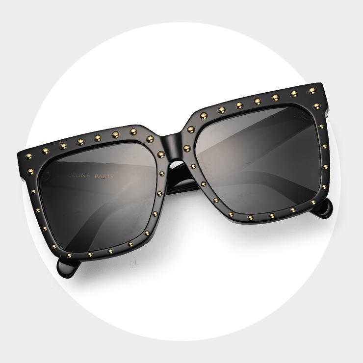 어떤 얼굴형에도 잘 어울리는 플랫 바 프레임에 스터드 장식이 특징인 선글라스는 67만원, Celine by Hedi Slimane.