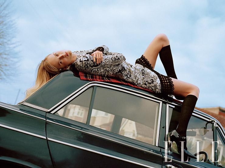 웹툰 프린트의 미니드레스는 2450파운드, Dolce & Gabbana. 니 삭스는 18파운드, Falke. 스트랩 장식의 힐은 405파운드, Dorateymur. 헤어 클립은 스타일리스트 소장품.