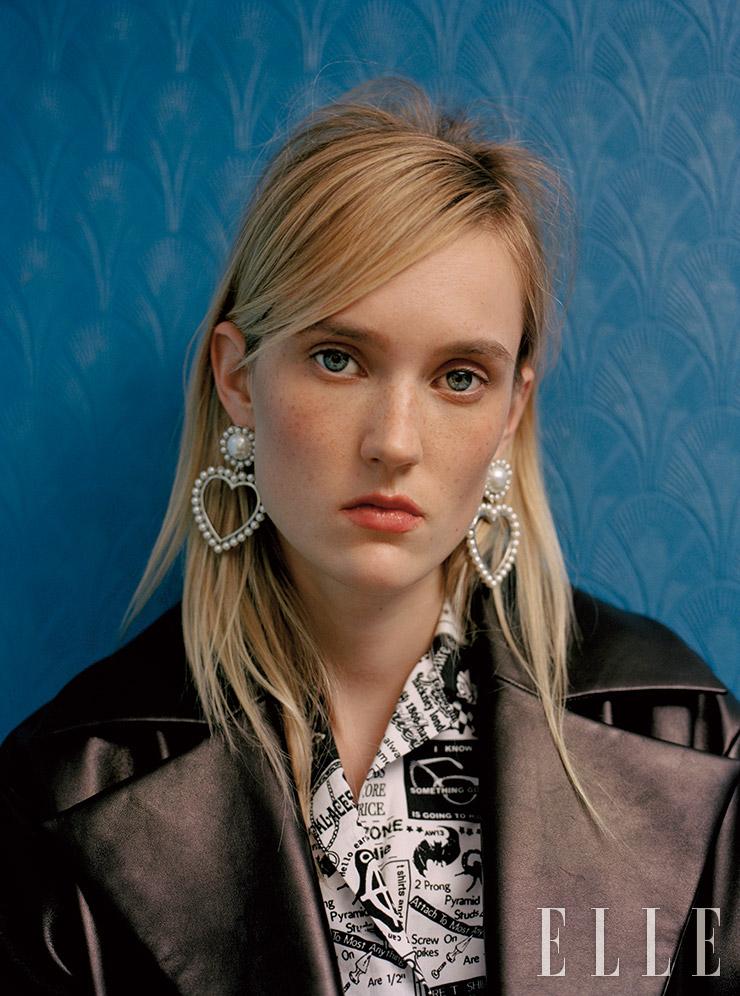 와이드 칼라 장식 재킷은 3500파운드, Versace. 패턴 셔츠는 245파운드, Ashley Williams. 하트 모티프의 이어링은 12파운드, River Island.