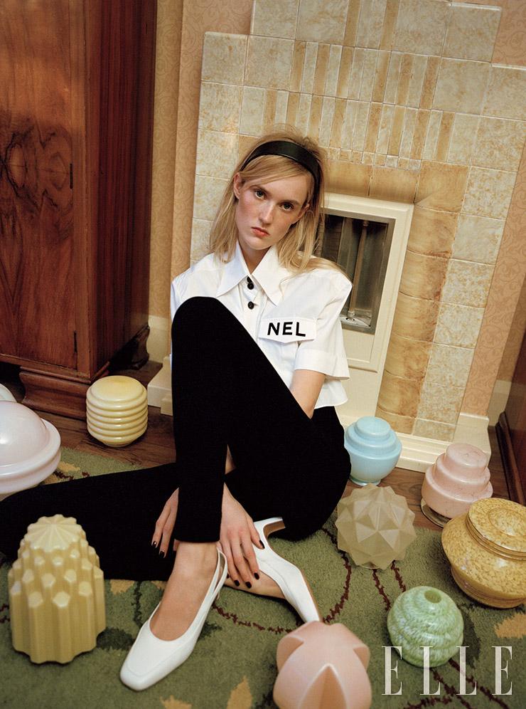 레터링 장식의 셔츠는 1825파운드, 이너로 착용한 점프수트는 1795파운드, 모두 Chanel. 슬링백 슈즈는 290파운드, Kalda. 헤드밴드는 스타일리스트 소장품.