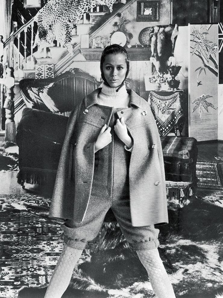 1975년 헤링본 소재의 오버올을 입은 로렌 허튼.