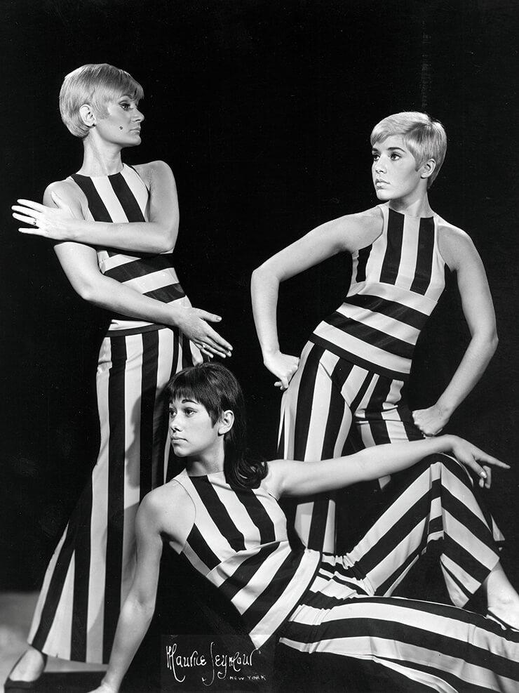 스트라이프 패턴의 점프수트를 입은 60년대 모델들의 모습.