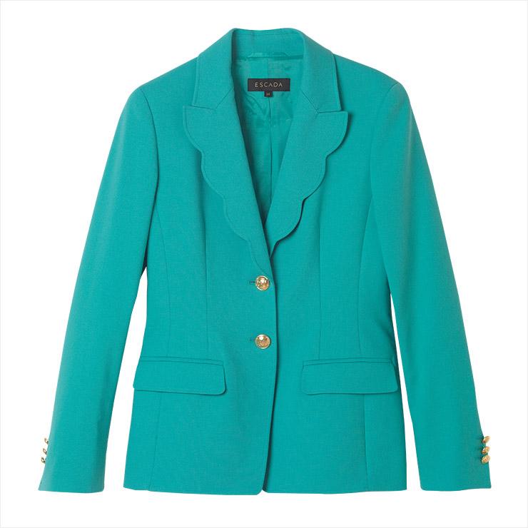 물결 형태의 칼라 장식이 특징인 재킷은 가격 미정, Escada.