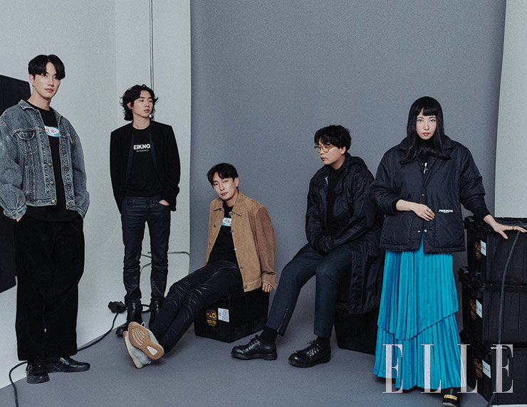 (왼쪽부터) 박건일이 입은 검은색 티셔츠, 유주형이 입은 검은색 티셔츠와 팬츠, 기호진이 입은 검은색 티셔츠와 팬츠, 이인형이 입은 검은색 티셔츠, 정민재가 입은 검은색 후디드 티셔츠와 아우터웨어, 플리츠스커트는 모두 Freiknock. 그 외의 옷과 신발은 모두 본인 소장품.