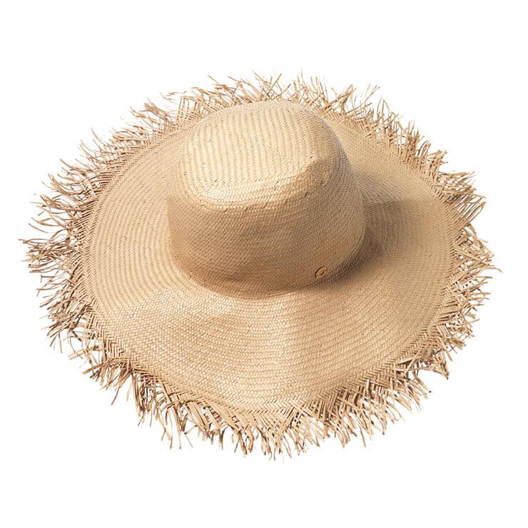 내추럴한 짜임으로 완성된 라피아 모자는 40만원대, Loro Piana.