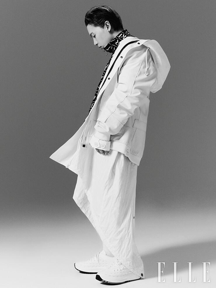 나플라가 입은 레더 패치워크 카디건과 후디드 밀리터리 코트는 가격 미정, 모두 Coach. 베르사체 로고 집업 재킷은 2백70만원, Kith x Versace. 반다나 프린트 쇼츠는 89만원, Alexander Wang. 세련된 레이스 장식이 돋보이는 로 톱 스니커즈는 1백20만5천원, Bottega Veneta.