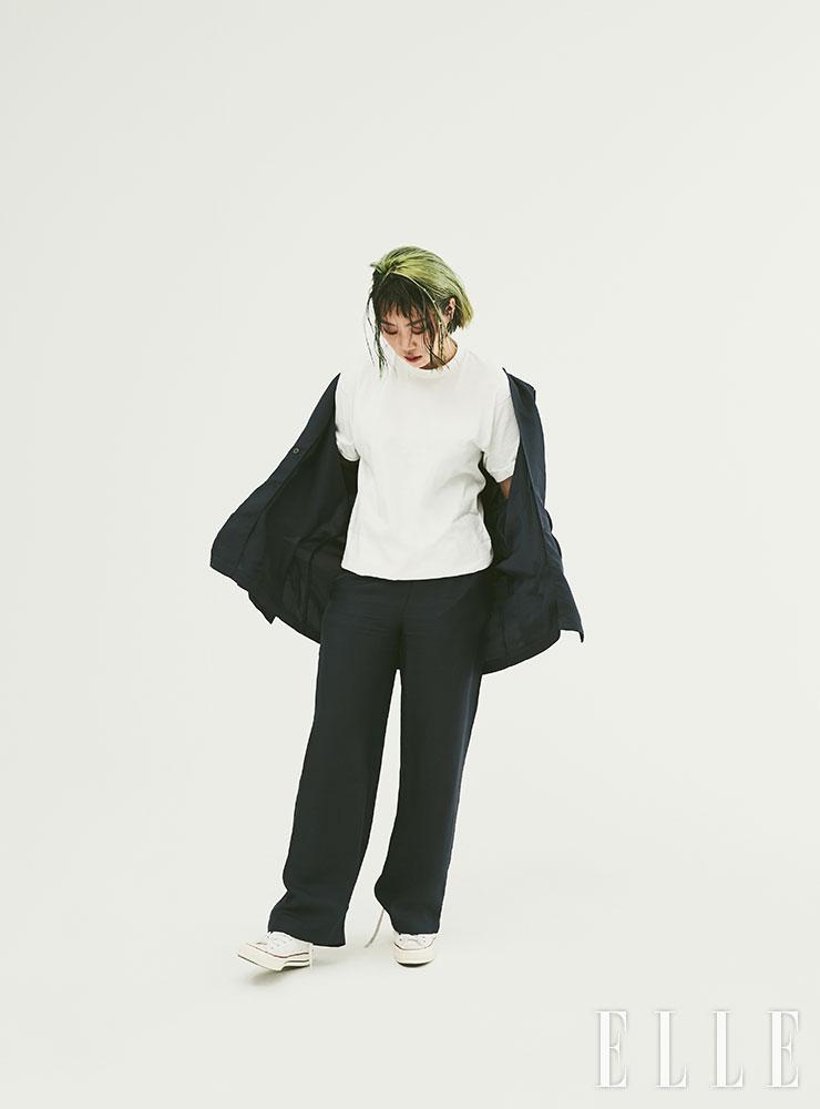 화이트 티셔츠는 DO NOT DISTURB. 수트는 스타일리스트 소장품.