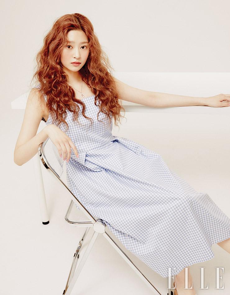 깅엄 체크 드레스는 Dae Joongso. 네크리스는 Mzuu.