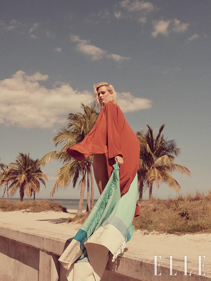 실크 드레스는 390유로, Marina Rinaldi. 청량한 컬러 배색이 돋보이는 숄은 가격 미정, Hermès.