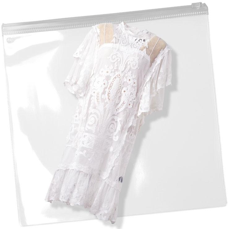 레이스 장식이 페미닌한 화이트 드레스는 2백58만원, Isabel Marant.